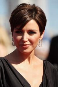 coiffure courte femme brune visage rond