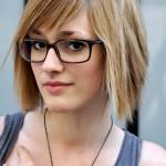 coiffure femme à lunette cheveux courts