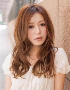 coiffure femme asiatique visage long et cheveux ondulés