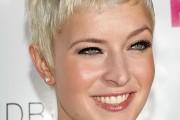 coiffure femme cheveux courts blonds