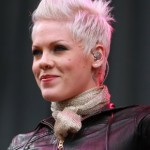 coiffure femme cheveux courts chanteuse pink