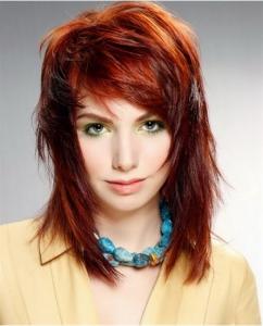 coiffure femme mi long épaule couleur acajou