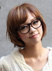 coupe de cheveux pour visage rond avec lunettes