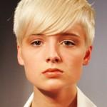 coiffure courte femme avec mèche visage ovale