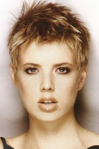coiffure courte femme visage carré