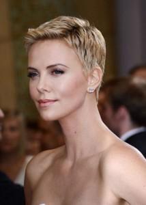 coiffure femme blonde cheveux courts visage carré
