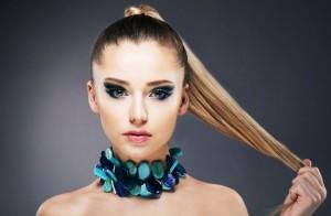 cheveux attachés pour femme 20 ans
