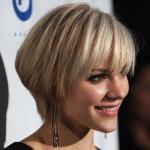 coiffure carré plongeant court blonde